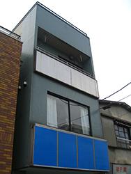塗装前の青緑のALC外壁