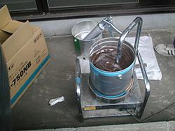 撹拌機でシーリング材の準備