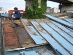 屋根材撤去中