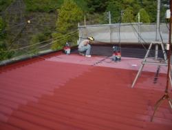 折半屋根塗装中